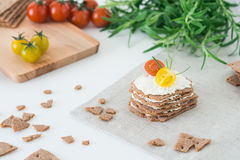 Biscoitos suecos do pão friável de Rye empilhados sob a forma do bolo nas camadas Conceito saudável do petisco Imagens de Stock Royalty Free