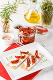 Biscote curruscante con los tomates secados al sol Fotos de archivo