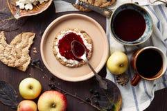 Biscote curruscante sueco del centeno con el atasco del queso cremoso y de frambuesa Concepto del desayuno del otoño y del invier fotos de archivo libres de regalías