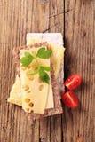 Biscote curruscante y queso Imagenes de archivo