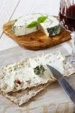 Biscote curruscante y queso francés con y vidrio de vino rojo Fotos de archivo