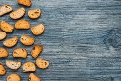 Biscotte avec des raisins secs sur un fond bleu en bois photos stock