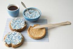 Biscotte avec les boules bleues d'anis, muisjes, festin néerlandais pour quand un bébé garçon est né aux Pays-Bas photographie stock