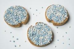 Biscotte avec les boules bleues d'anis, muisjes, tradition aux Pays-Bas pour c?l?brer la naissance d'un fils photographie stock