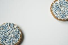 Biscotte avec les boules bleues d'anis, muisjes, tradition aux Pays-Bas pour c?l?brer la naissance d'un fils photos libres de droits