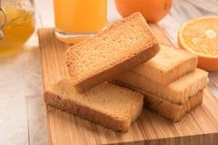 Biscotte de blé dans un panneau en bois avec la confiture Photo libre de droits