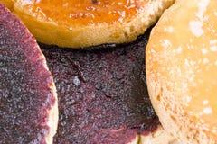 Biscottes avec de la confiture de fruit Photo stock