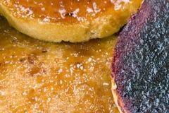 Biscottes avec de la confiture de fruit Photographie stock