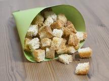 Biscottes sur une table en papier d'emballage vert Photos stock