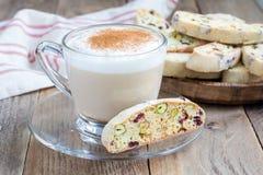 Biscotti用蔓越桔和开心果,咖啡拿铁 免版税库存图片