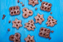 Biscotti al forno di Natale, isolati su fondo blu di legno Fotografie Stock Libere da Diritti