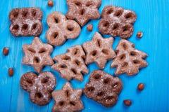 Biscotti al forno di Natale, isolati su fondo blu di legno Immagini Stock Libere da Diritti