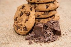 Biscotti al forno freschi con cioccolato Fotografia Stock
