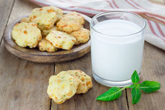 Biscotti al forno freschi del formaggio con basilico Fotografia Stock