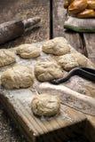 Biscotti al forno freschi sulla tavola Immagini Stock Libere da Diritti