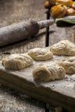 Biscotti al forno freschi sulla tavola Fotografie Stock