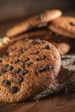 Biscotti americana del cioccolato fresco sulla tavola di legno Biscotti di pepita di cioccolato su fondo rurale fotografia stock