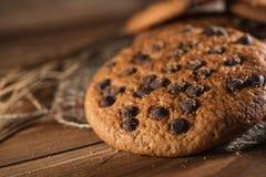 Biscotti americana del cioccolato fresco sulla tavola di legno Biscotti di pepita di cioccolato su fondo rurale fotografia stock libera da diritti
