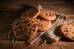 Biscotti americana del cioccolato fresco sulla tavola di legno Biscotti di pepita di cioccolato su fondo rurale fotografie stock