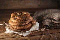 Biscotti americana del cioccolato fresco sulla tavola di legno Biscotti di pepita di cioccolato su fondo rurale immagini stock