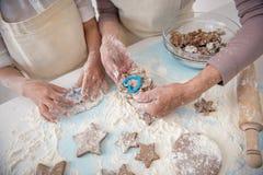 Biscotti amichevoli di cottura della famiglia insieme Fotografie Stock