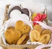 Biscotti assortiti sotto forma dei cuori un vimine Immagini Stock