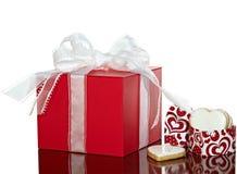 Biscotti attuali dei biglietti di S. Valentino di colore rosso in contenitore di regalo del cuore Fotografia Stock