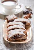 Biscotti avec de la crème de chocolat photographie stock
