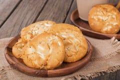 Biscotti bianchi della noce di noce di macadamia del cioccolato Fotografia Stock