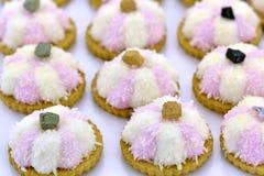 Biscotti bianchi e rosa della noce di cocco Fotografia Stock