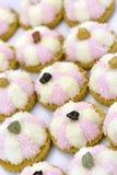 Biscotti bianchi e rosa della noce di cocco Fotografie Stock