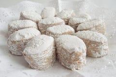 Biscotti bianchi tradizionali della priorità alta presentati Fotografie Stock Libere da Diritti