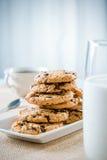 Biscotti, bicchiere di latte e tè/caffè fotografia stock libera da diritti