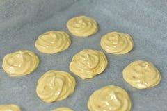 Biscotti bollenti su un primo piano appoggiante della carta Concetto casalingo immagine stock