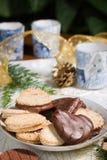Biscotti, candele e cono del pino sul tovagliolo di festa Fotografie Stock Libere da Diritti