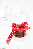 Biscotti casalinghi avvolti festivi del cioccolato Fotografia Stock Libera da Diritti