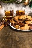 Biscotti casalinghi, cannella, date, nuovo anno, tè con l'arancia Fotografia Stock