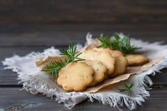 Biscotti casalinghi con i rosmarini su una superficie di legno Immagini Stock