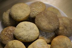 Biscotti casalinghi con zucchero, cannella e sesamo Fotografie Stock Libere da Diritti