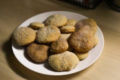 Biscotti casalinghi con zucchero, cannella e sesamo Immagine Stock