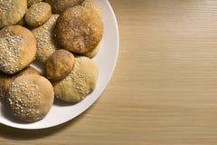 Biscotti casalinghi con zucchero, cannella e sesamo Immagini Stock