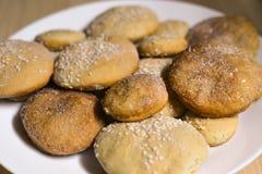 Biscotti casalinghi con zucchero, cannella e sesamo Immagini Stock Libere da Diritti