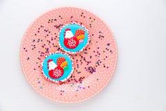 Biscotti casalinghi decorati con il gallo, un simbolo di 2017 Immagini Stock Libere da Diritti