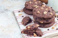 Biscotti casalinghi del cioccolato con le noci e di pepita di cioccolato sulla tavola, orizzontale, spazio della copia Fotografie Stock