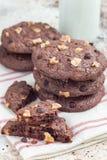 Biscotti casalinghi del cioccolato con le noci e di pepita di cioccolato sulla tavola, verticale Immagini Stock Libere da Diritti