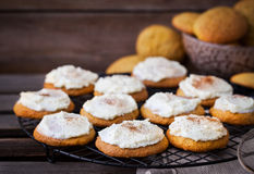 Biscotti casalinghi del dolce di spezia della zucca con la glassa e la cannella Fotografia Stock Libera da Diritti