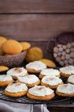 Biscotti casalinghi del dolce di spezia della zucca con la glassa e la cannella Fotografie Stock Libere da Diritti
