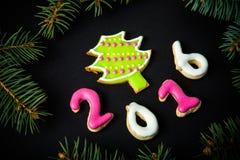 Biscotti casalinghi del pan di zenzero con il branc dell'albero di Natale e della glassa Fotografie Stock Libere da Diritti