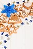 Biscotti casalinghi del pan di zenzero di Natale e decorazione blu Immagine Stock