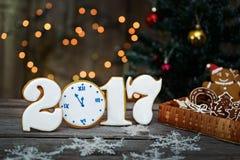 Biscotti casalinghi del pan di zenzero di Natale sulla tavola, nuovo anno 2017 Fotografia Stock